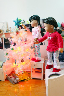 Inky and Brooke trim the New Year tree | by Inky Marina