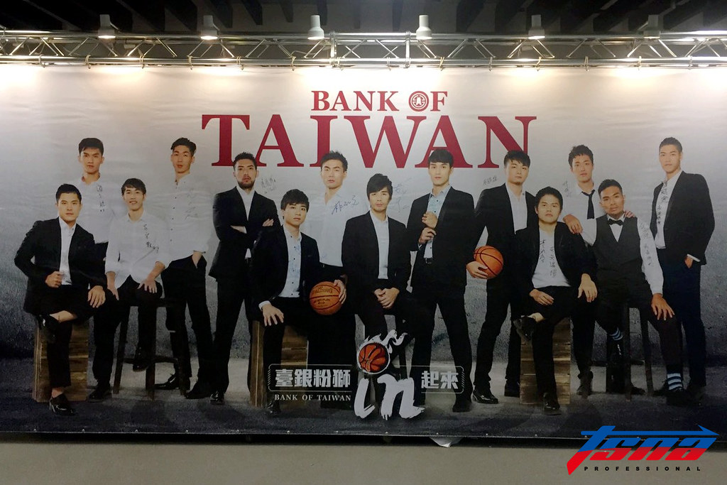 台灣銀行主場週推出球員穿著西裝的帥氣照。(倪芝蓉/攝)