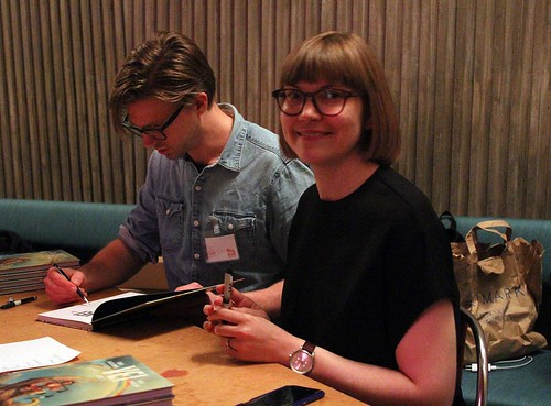 Karl Johnsson och Sara Bergmark Elfgren signerar.