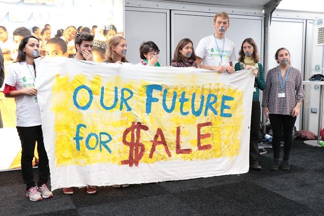 COP23會場由青年策動的行動劇,訴求他們的未來不該被販賣!