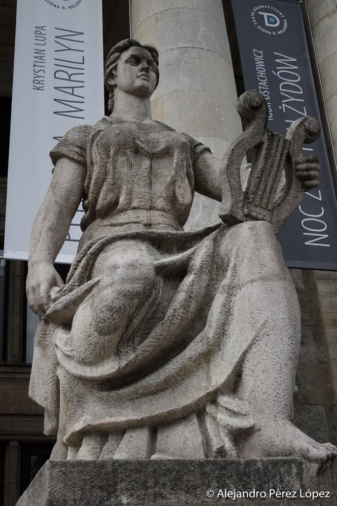 Detalle de estatua en las escalinatas del Palacio de la cultura y la ciencia Varsovia