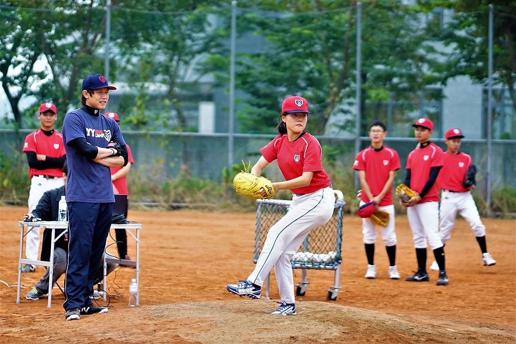 旅日投手陳冠宇(圖左)與黑豹旗小球員林庭瑋。(主辦單位提供)