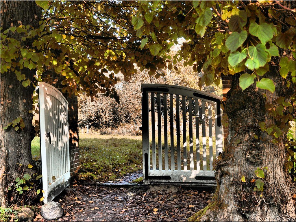 The open garden gate | Das offene Gartentor | Ostseetroll | Flickr