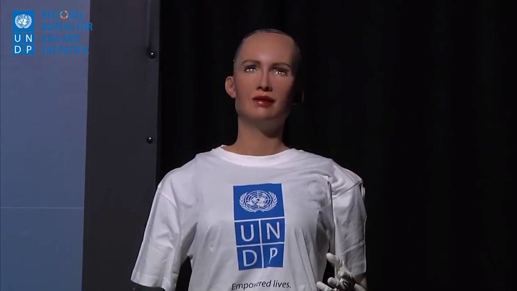 AI機器人蘇菲亞為SDG和責任企業站台。圖片擷取自UNDP RCB影片。