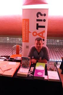 Patric Nyström vid de skaraborgska serieskaparnas bord.