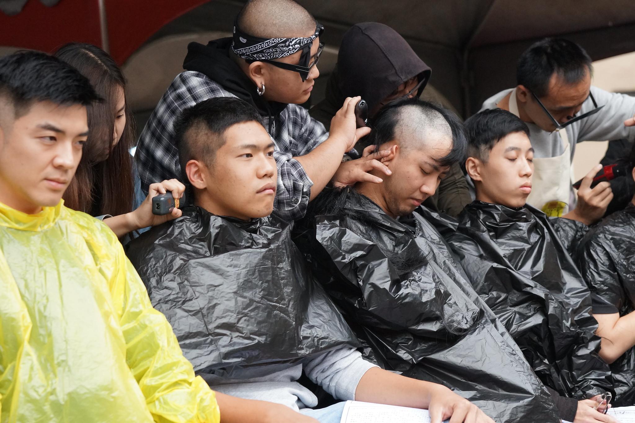 9名青年現場「落髮剃度」。(攝影:王顥中)