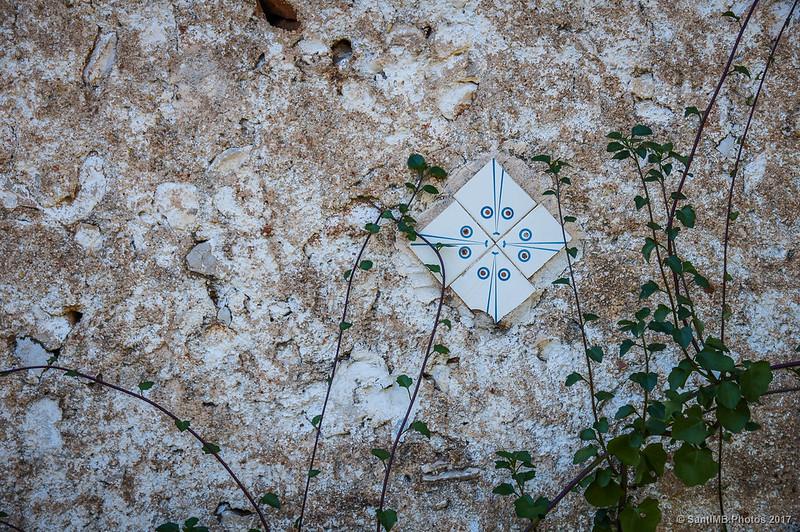 Baldosas en la pared de la coches de Cal Jaumet Esquerrà