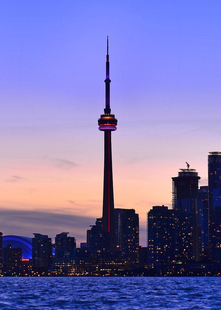 Poco a poco van apareciendo las luces de la hora mágica sobre la CN Tower de Toronto