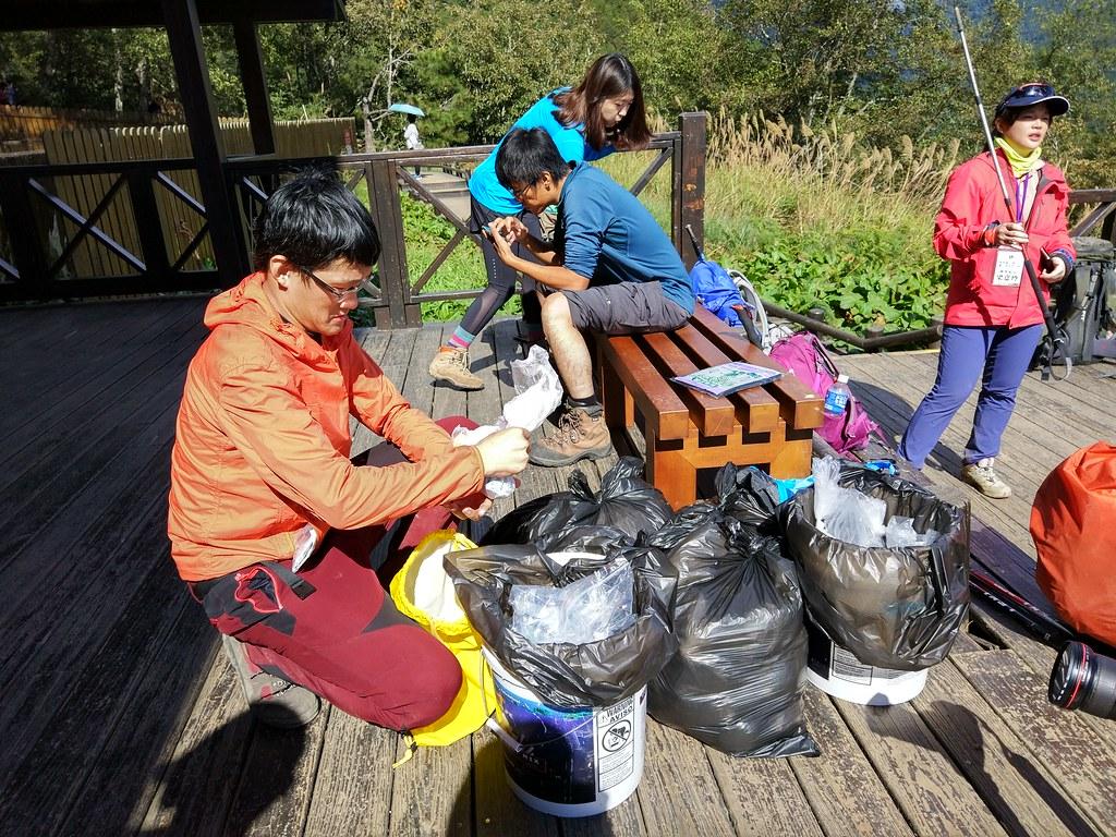 登山口回收排遺袋,本次活動之排遺袋將使用可自然分解的100%環保拋棄式垃圾袋,垃圾袋可在堆肥方式下或任何認證過的廢棄物儲藏所進行快速分解。圖片來源:雪管處提供。