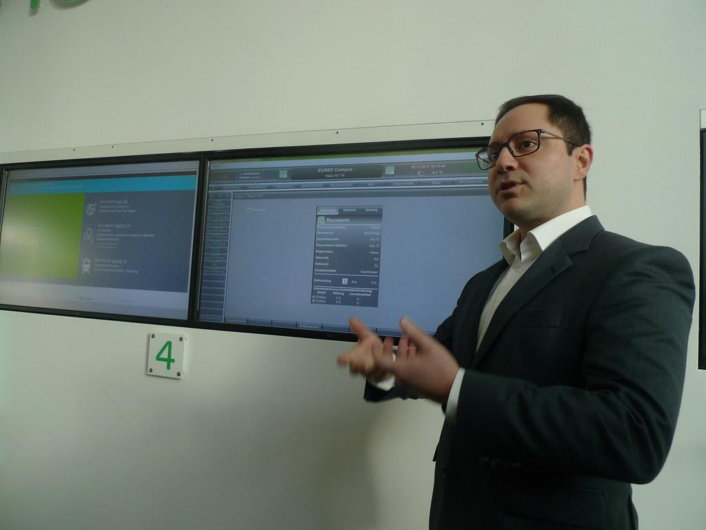 Schneider Electric項目經理Harun Kavakli透過建築物監測系統說明本棟建築的監控現況。(攝影/ 陳怡樺)