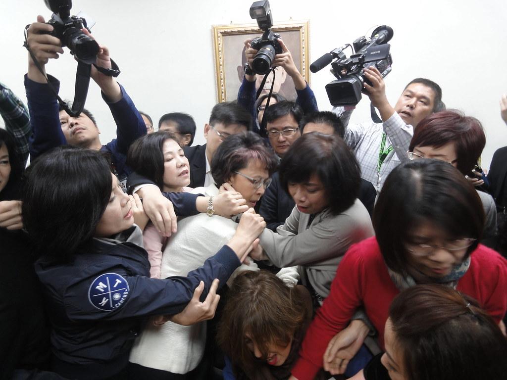 為搶佔主席台,藍綠立委打成一團。(攝影:張智琦)
