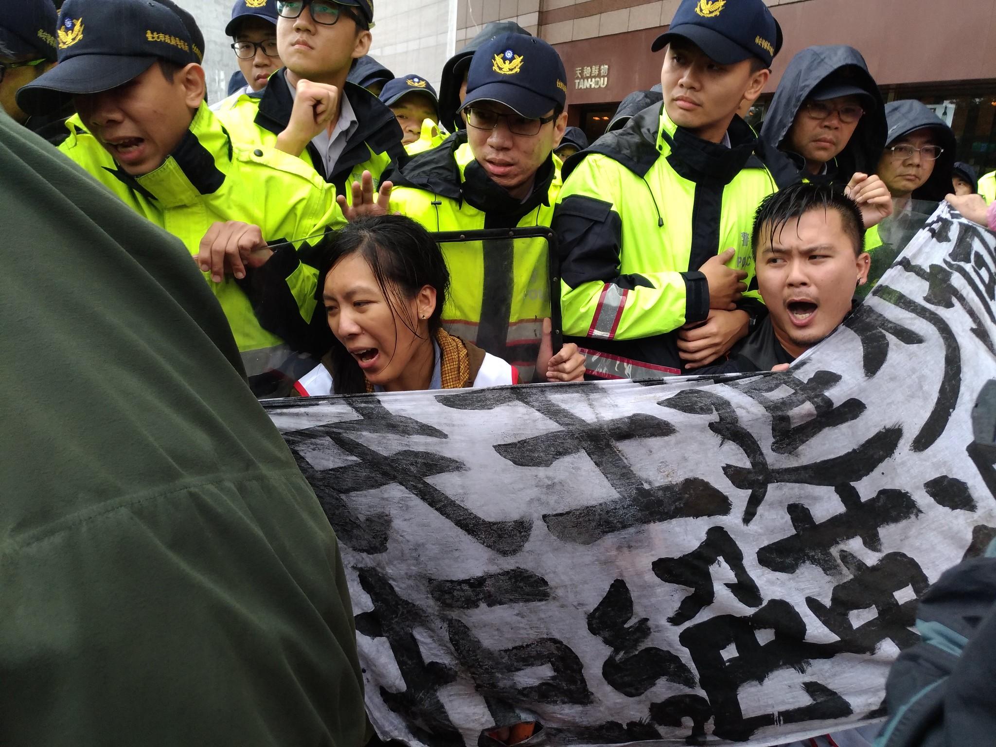 聲援者被夾在改道牌以及警方人牆之間,進退維谷。(攝影:曾福全)