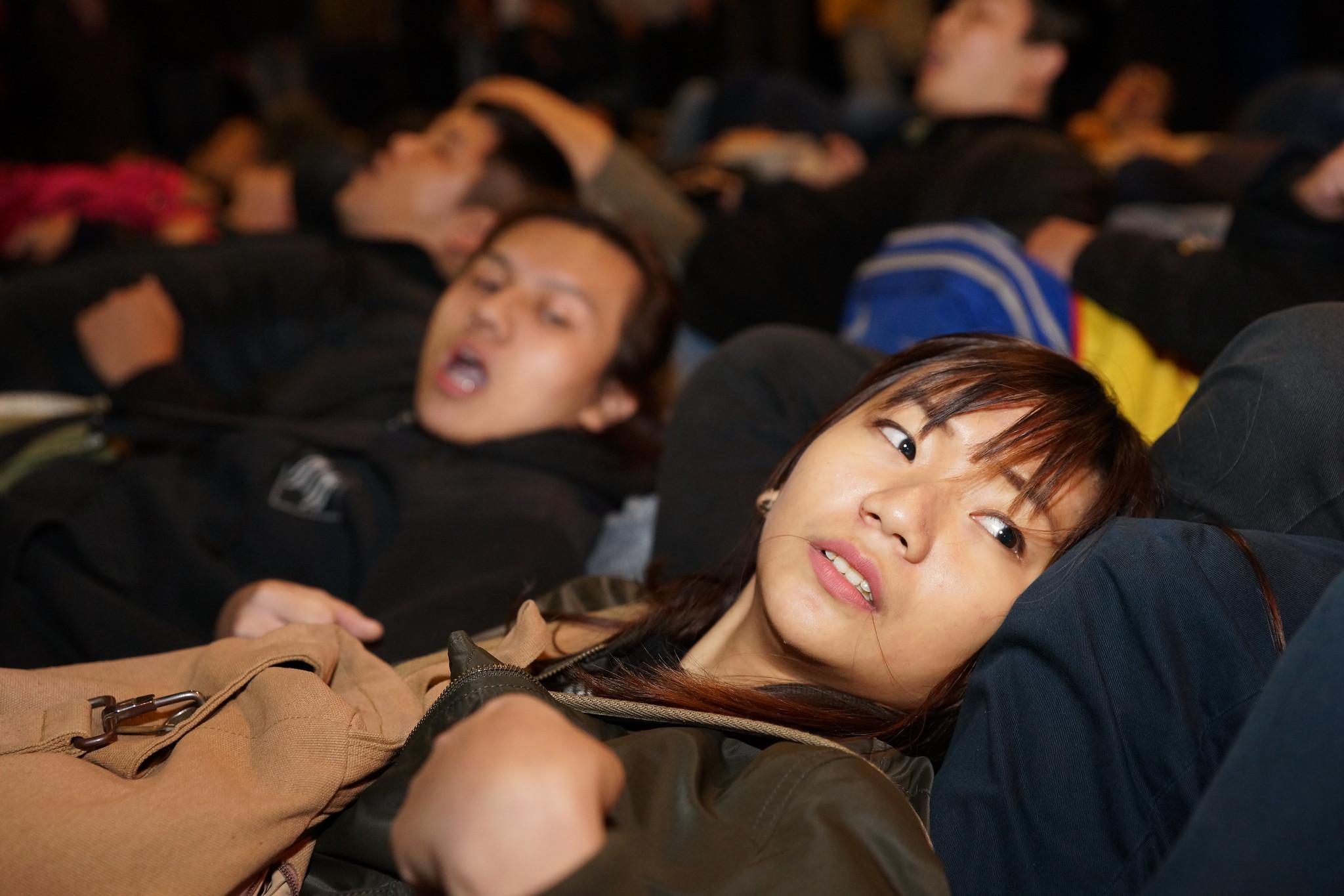 民眾手勾手倒臥在路口,阻止警方的動作。(攝影:王顥中)