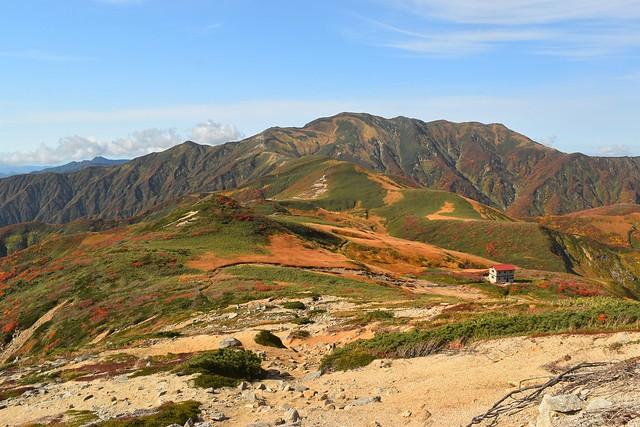 朝日連峰 三方境から眺める以東岳と狐穴小屋