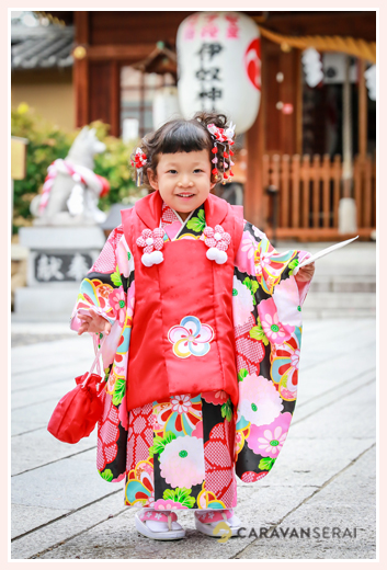 伊奴神社(名古屋市西区)で七五三まいり写真の出張撮影・ロケーション撮影 女性カメラマンが撮る3才の女の子 自然でおしゃれでオススメ・人気
