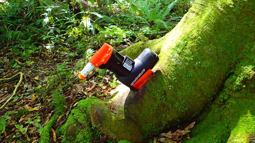 設置在森林裡自動裝填的空氣槍,內有通緝犯喜歡的長效性誘餌,一旦偵測到在吃誘餌,就會發射