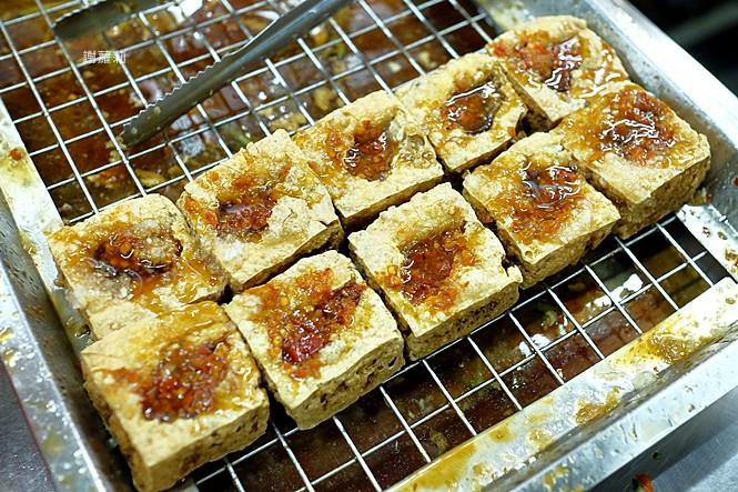 23975568837 211424dc28 b - 永留香臭豆腐 | 只有在地人才知道的超級隱藏版,白天吃不到、晚上才營業,皮酥內餡軟,小心一吃就上癮!