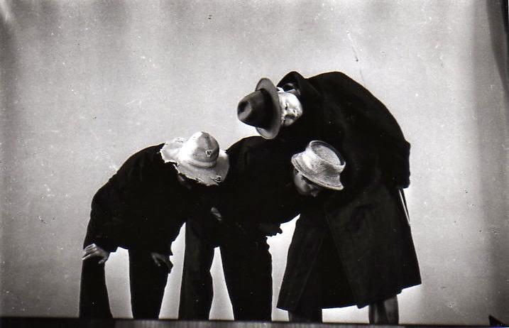 1965年,〈等待果陀〉在耕莘文教院初次公演,許南村(陳映真)與劉大任分別擔綱舞台監督與前台管理。(莊靈攝影,翻拍自《劇場》雜誌)