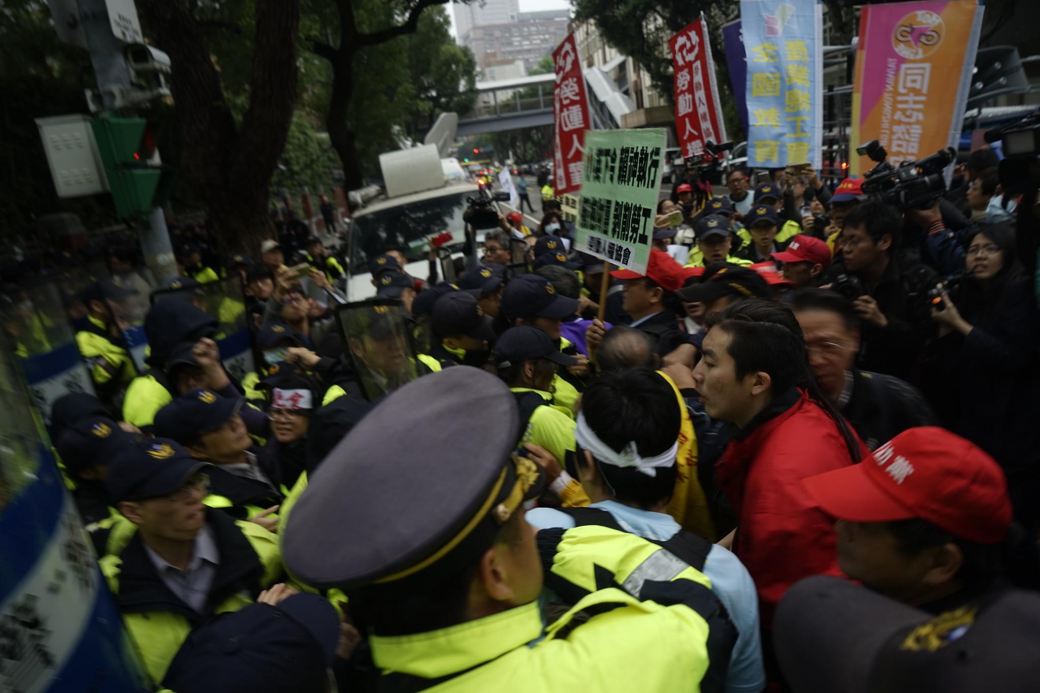 勞團和警方發生衝突。(攝影:張宗坤)
