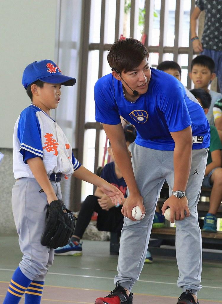 被稱為「小王維中」的小小投手鄭仲翔(圖左)承襲王維中幼時的1號球衣,恰巧也是1位左投。(大漢集團提供)