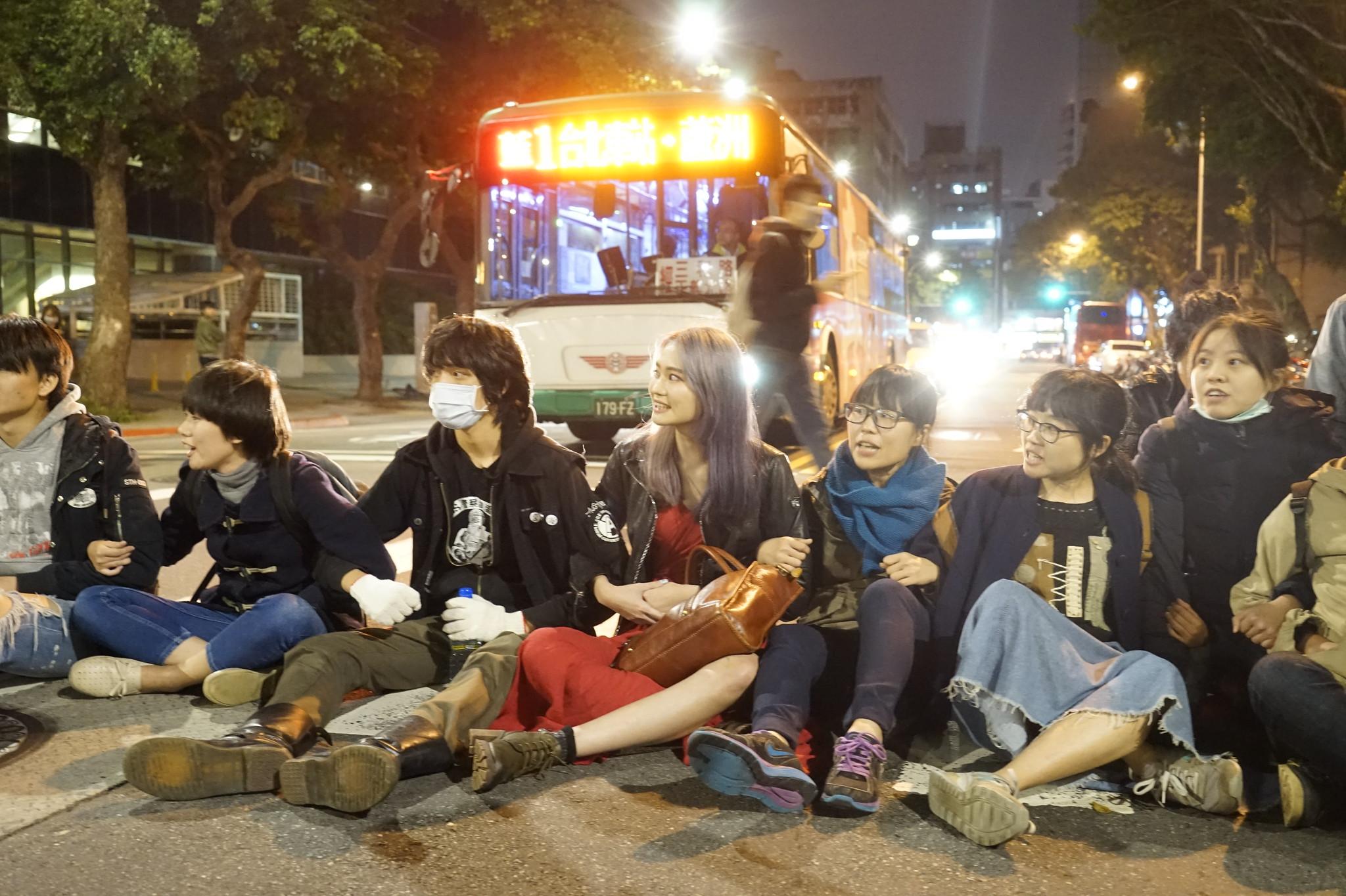 民進黨強勢將《勞基法》送出委員會,晚間抗議民眾佔領中山南路、青島東路口。(攝影:張智琦)