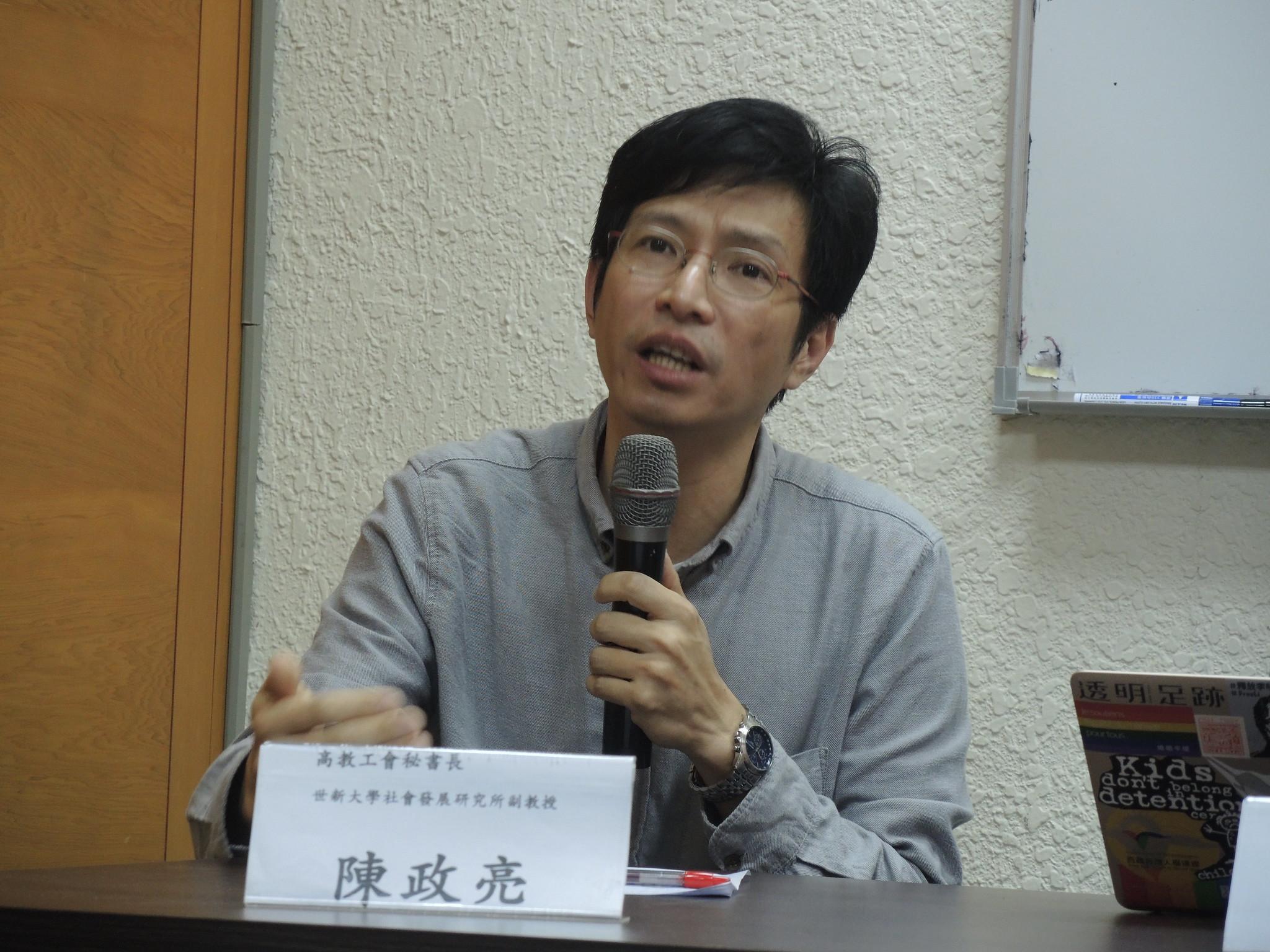 高教工會秘書長陳政亮表示,過勞可能會造成未來生育人數下降、勞動人口下滑,年金、社會保險等社會福利在未來勞動人口下降時會出狀況,這是國安危機。(攝影:曾福全)