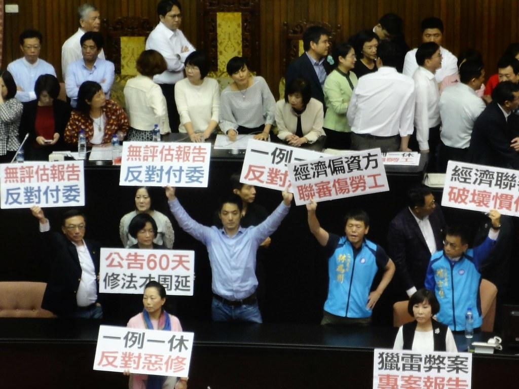 為擋勞基法草案,國民黨立委一度佔據主席台,但仍被民進黨立委排除並通過一讀。(攝影:張智琦)