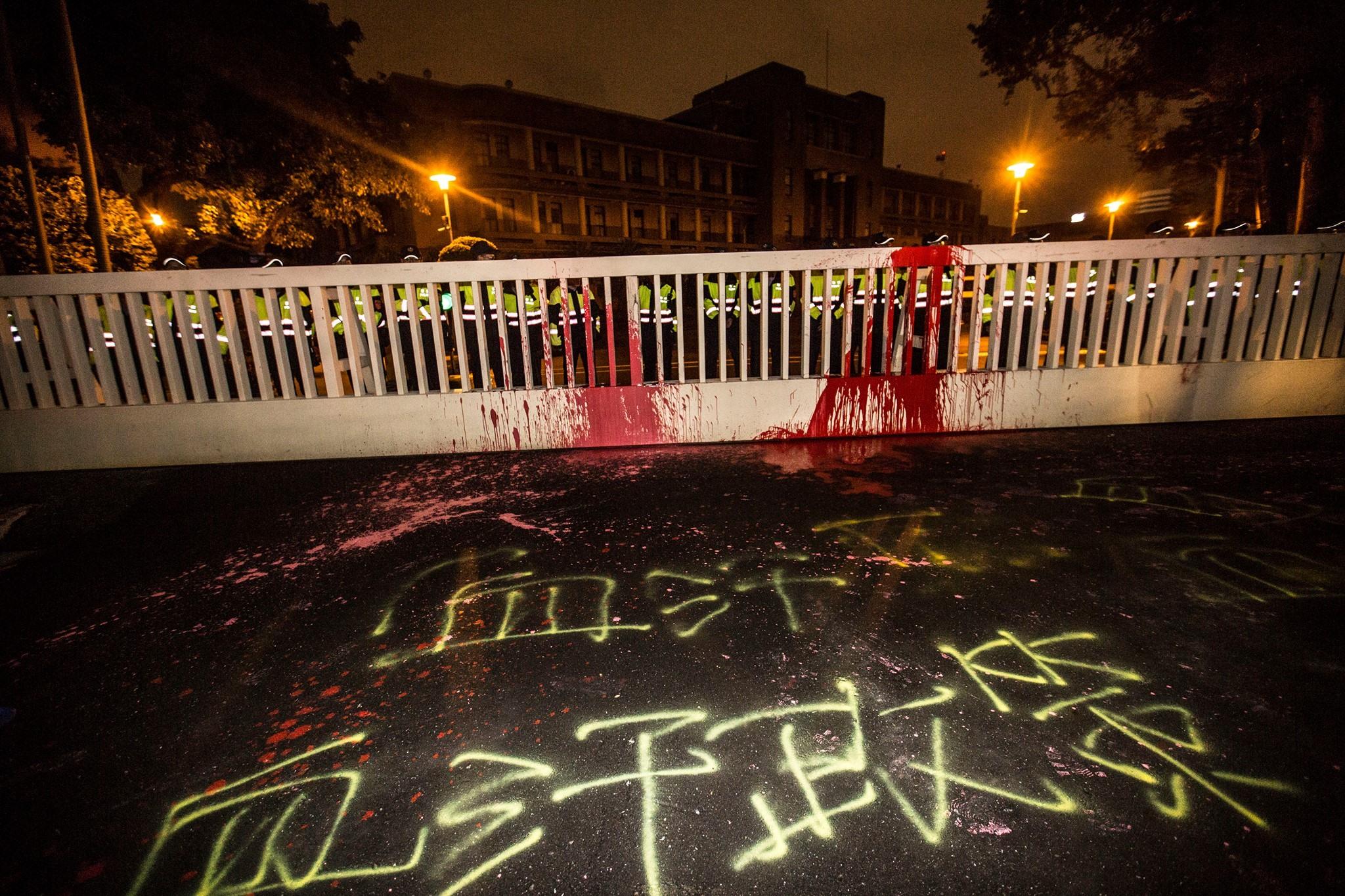 行政院前的「血汗休法」字樣。(照片提供:工鬥)