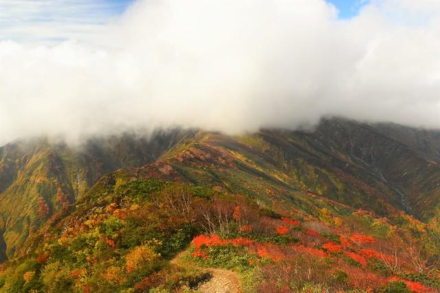 小朝日岳から眺める雲に覆われた大朝日岳