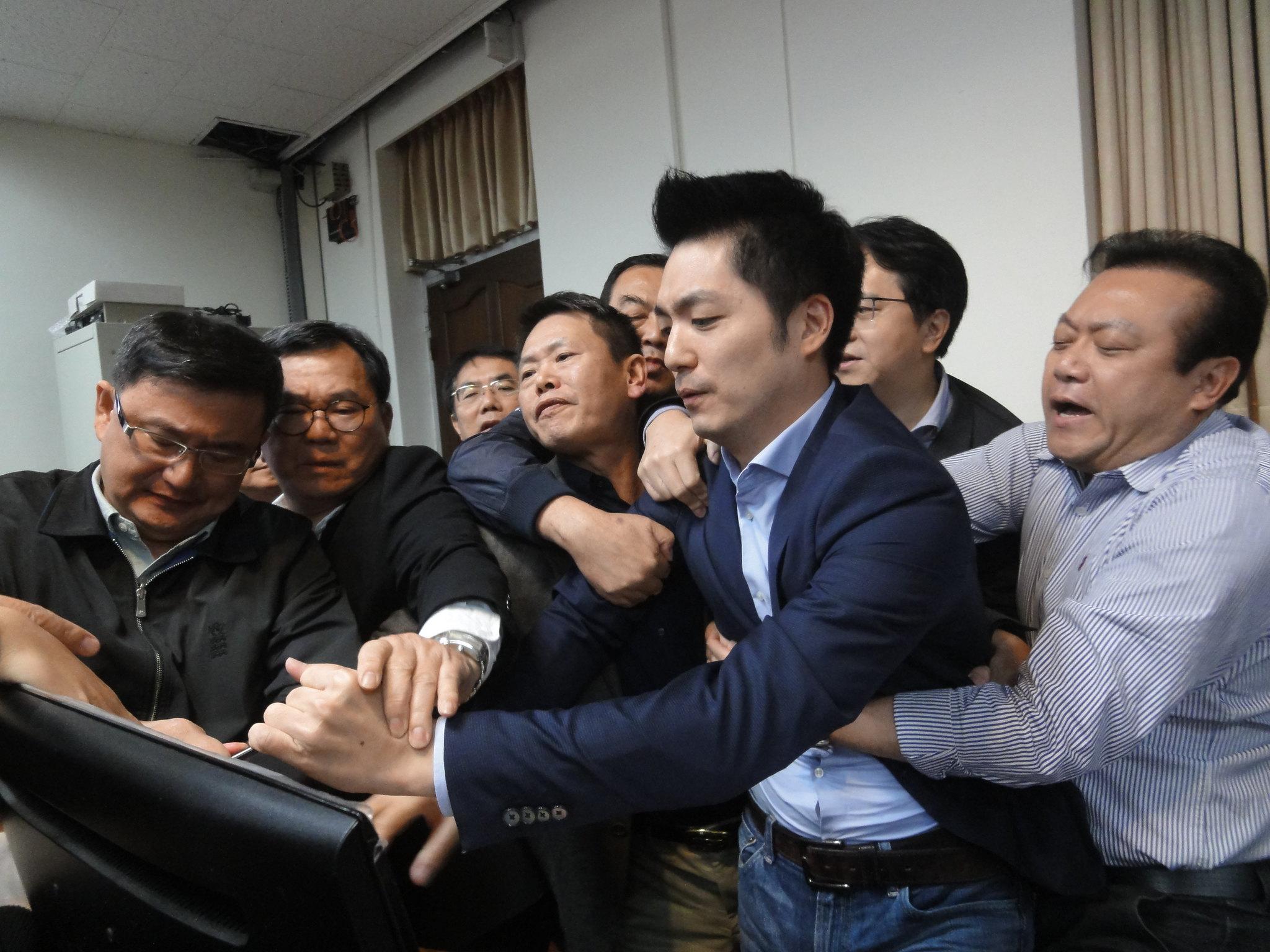國民黨立委蔣萬安被拖離發言台。(攝影:張智琦)