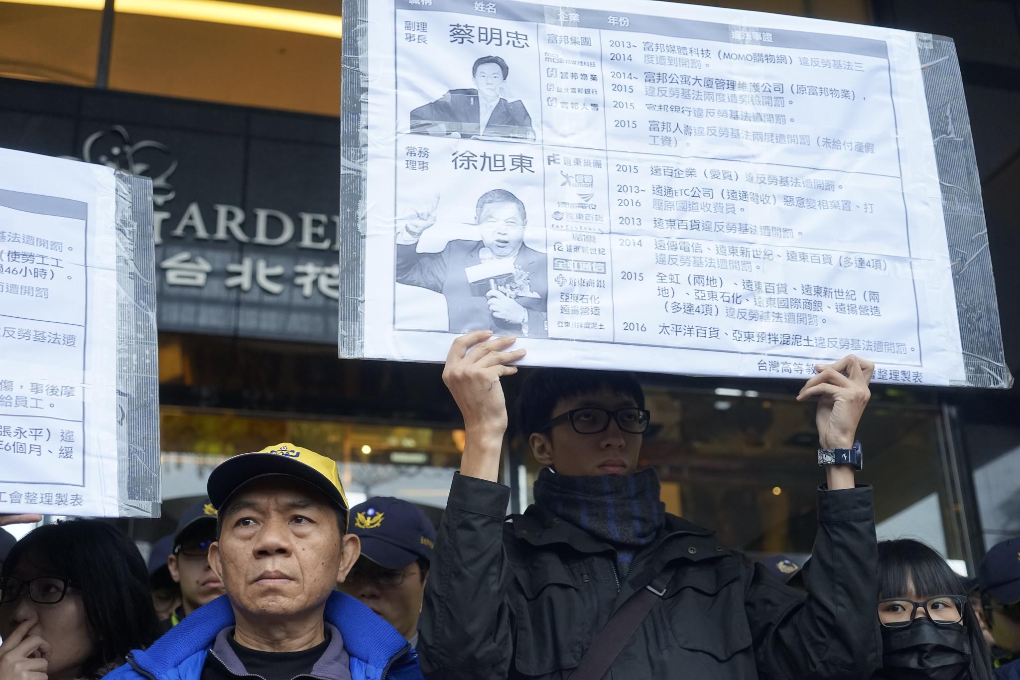 勞團再次點名工商協進會理事,如蔡明忠、徐旭東等人,都是違反勞基法的慣犯。(攝影:張宗坤)