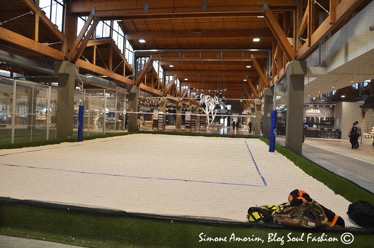 A quadra de beach volley no interior da FICO Eataly World