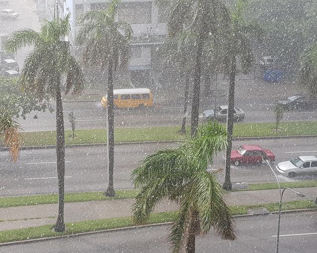 Lluvia torrencial cayendo en La Habana