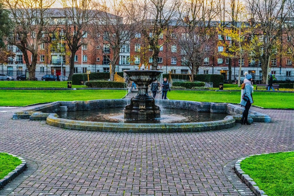 THE CENTRAL FOUNTAIN IS THE LARGER OF THE TWO 006