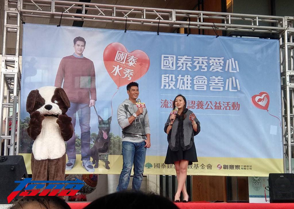 陳偉殷(圖左)呼籲大家領養代替購買。(張哲郢/攝)