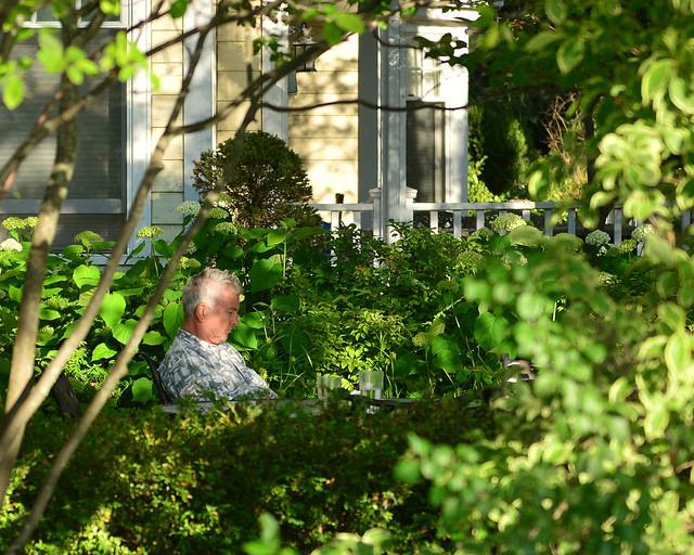 Señor descansando tranquilo en su casa de Ward's Island en Toronto