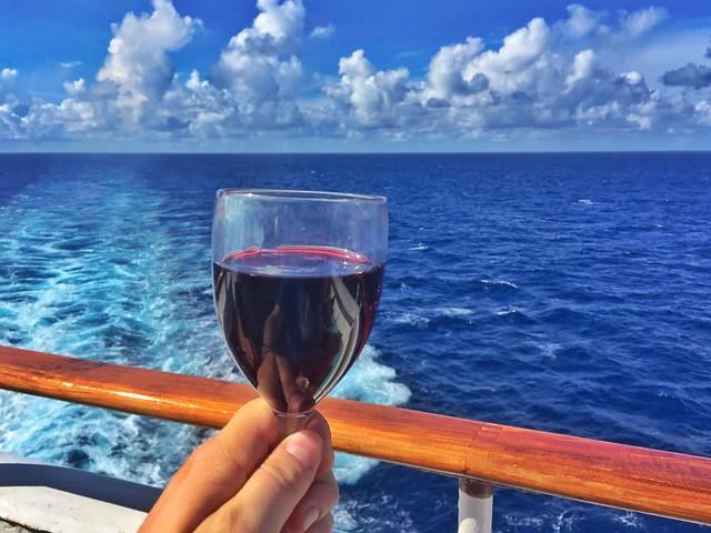 Copa de vino en la cubierta del Zenith de Pullmantur que nos llevó de crucero por Islas del Caribe