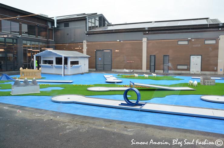 O mini golf ao ar livre.