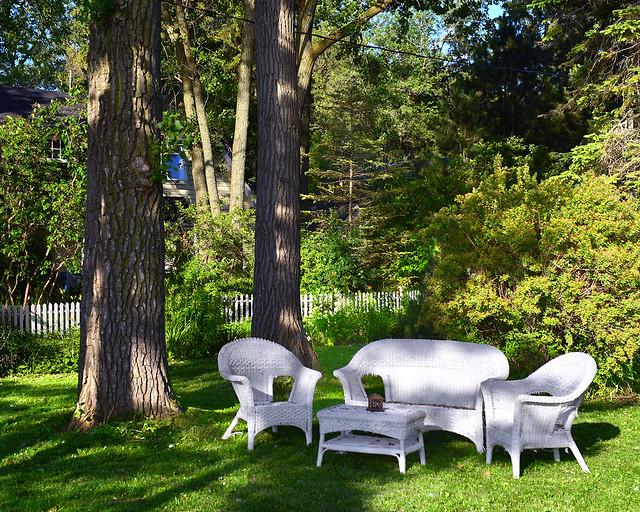 Jardín con sillas de mimbre de las casas de Ward's Island