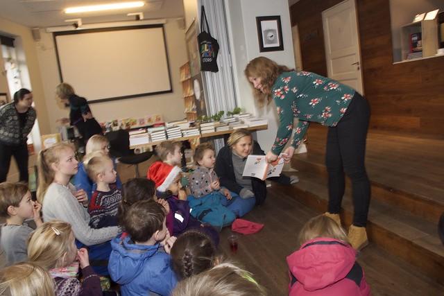 Hege Myklebust (t.h.) er ein av bidragsytarane i Nynorsk med dei minste. Måndag vart boka lansert i Falturiltu-bokhandelen på Stord med barn frå Ås barnehage.