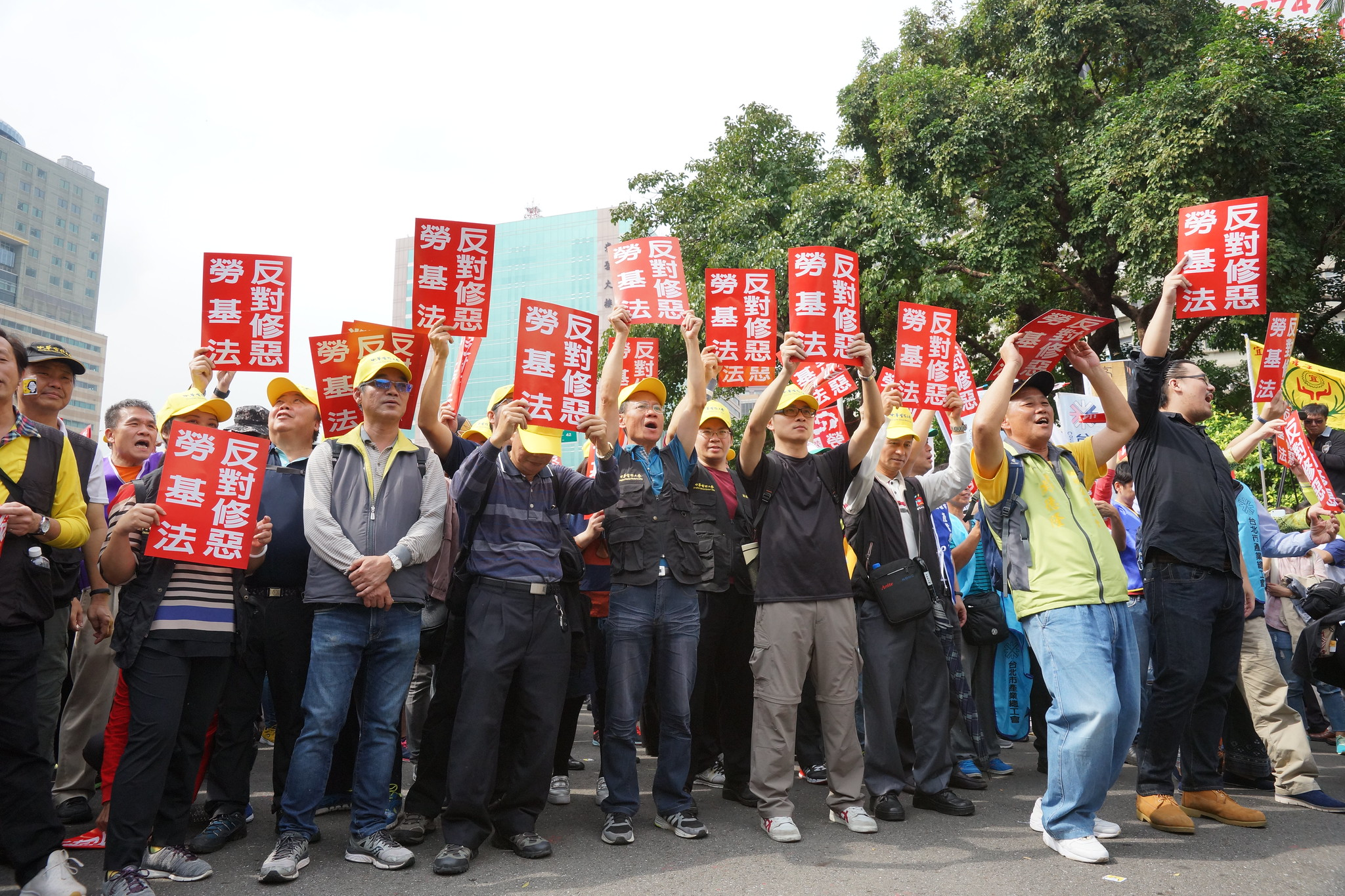 工會高舉「反對修惡勞基法」標語。(攝影:王顥中)