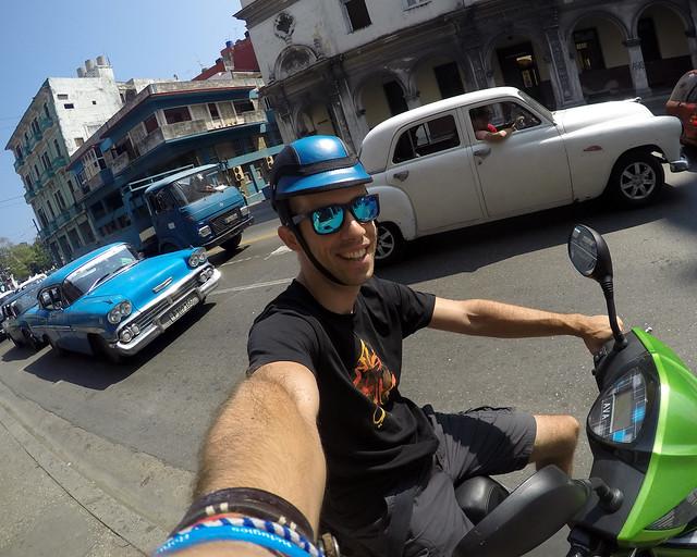 En moto por La Habana, de las mejores recomendaciones para viajar a Cuba y moverse rápido