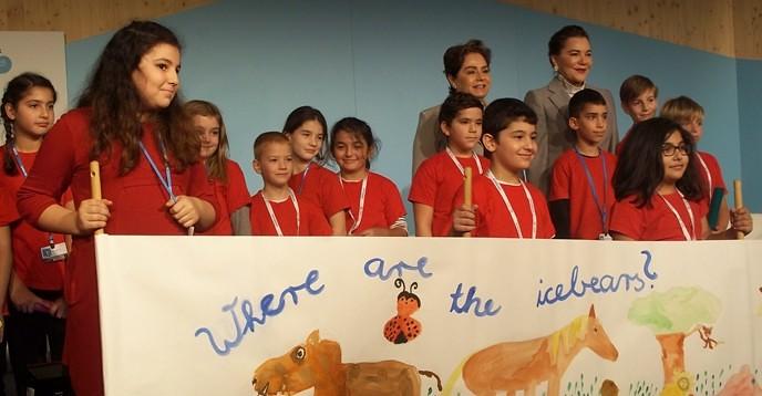 來自Laurentius School的孩子擔任「波昂氣候大使」,在COP23教育日擔任開場表演者。(來源)