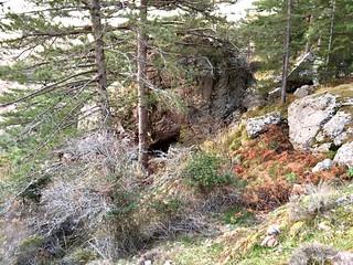 Une possibilité d'abri  sous roche dans la remontée