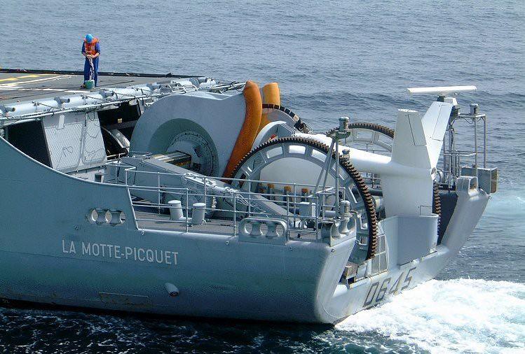 法國F70級巡防艦 La Motte-Picquet裝置於艦尾的DUBV43或DUBV43C可變深度聲納。圖片來源:Jean-Michel Roche(CC BY-SA 3.0)。
