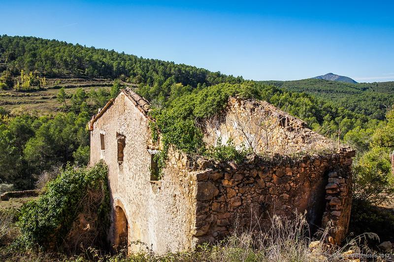 La Casa 4 de Marmellar con el Puig de la Talaia de fondo