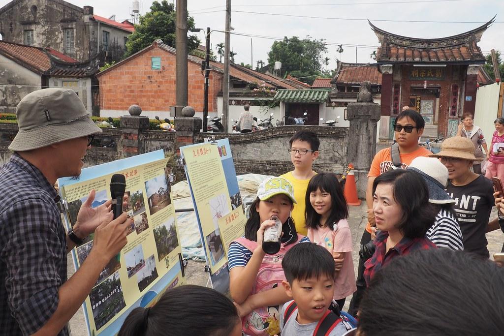 林品軒把在五溝採集的農業生產故事和文化,透過小農市集活動讓遊客認識五溝。攝影:李育琴。