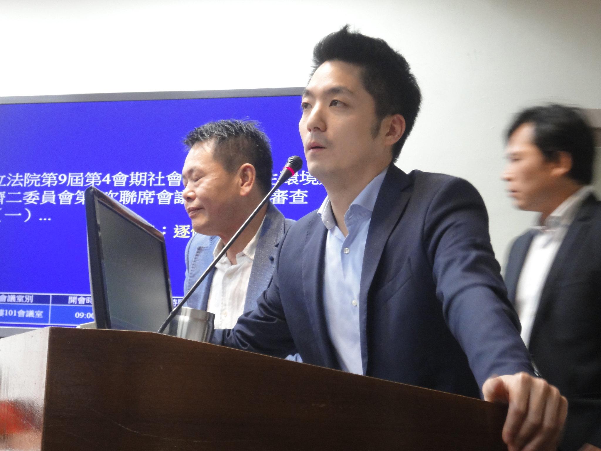 蔣萬安一人在台上發言兩小時,透過冗長發言延遲議事。(攝影:張智琦)