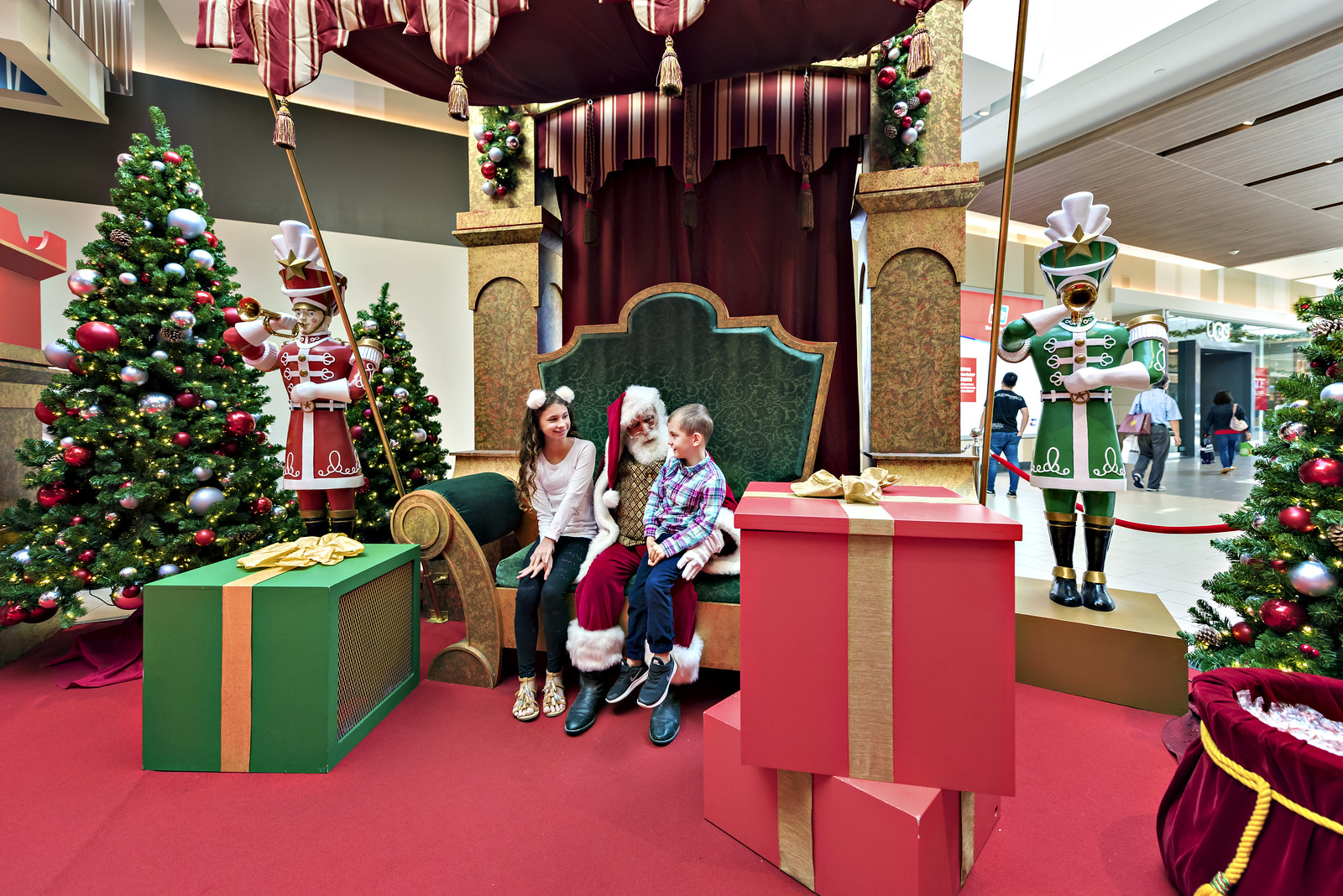 Santa Ontario Mills Mall