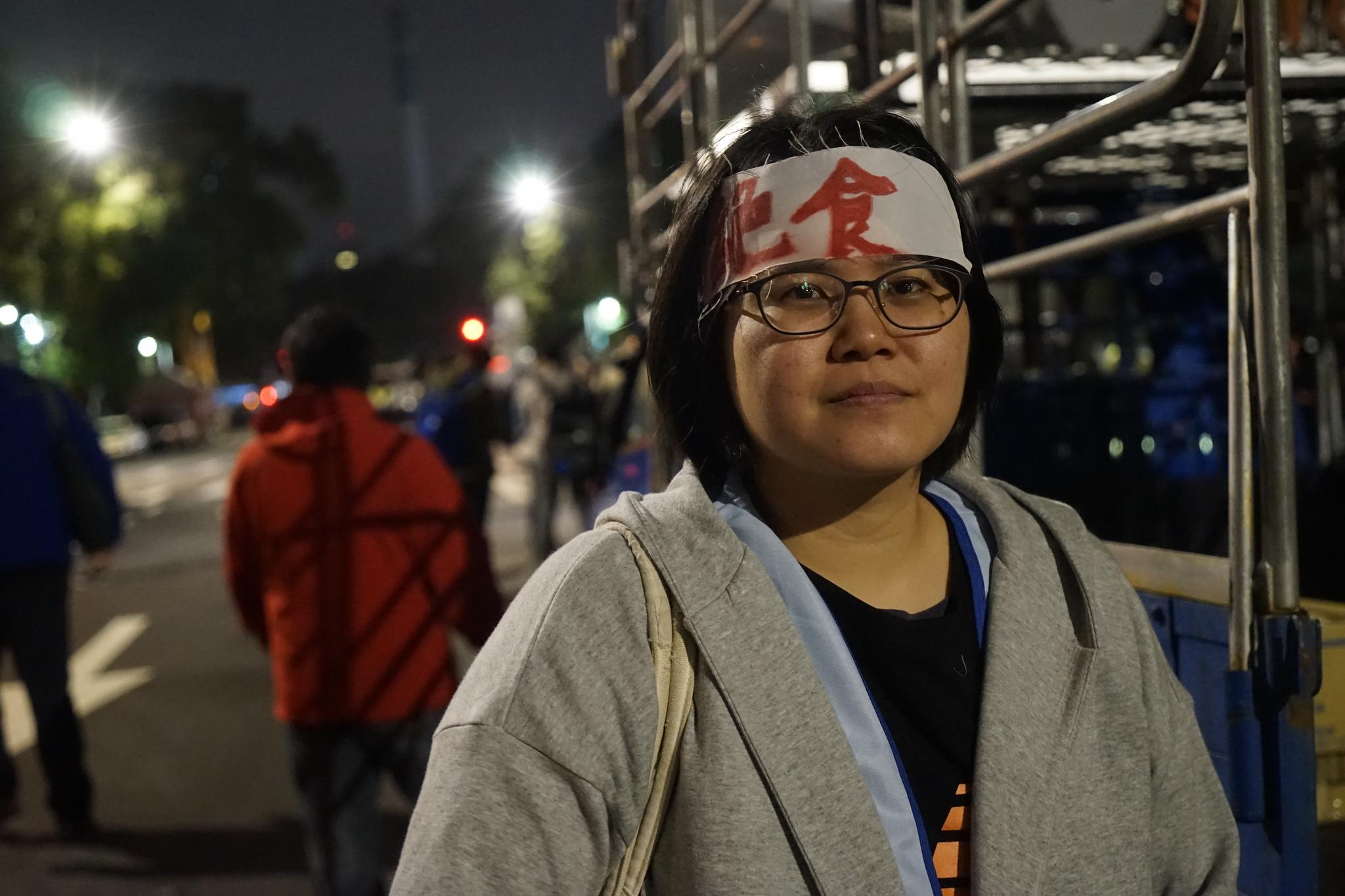 空服員工會秘書長林佳瑋截至今晚6點已絕食突破80小時,她表示,還會繼續堅持下去。(攝影:張智琦)